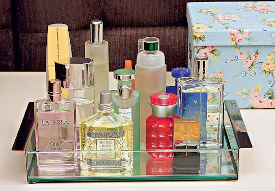Perfumes na caixa de vidro