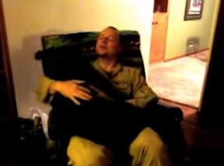 Así reacciono el perro al ver llegar su dueño de la guerra