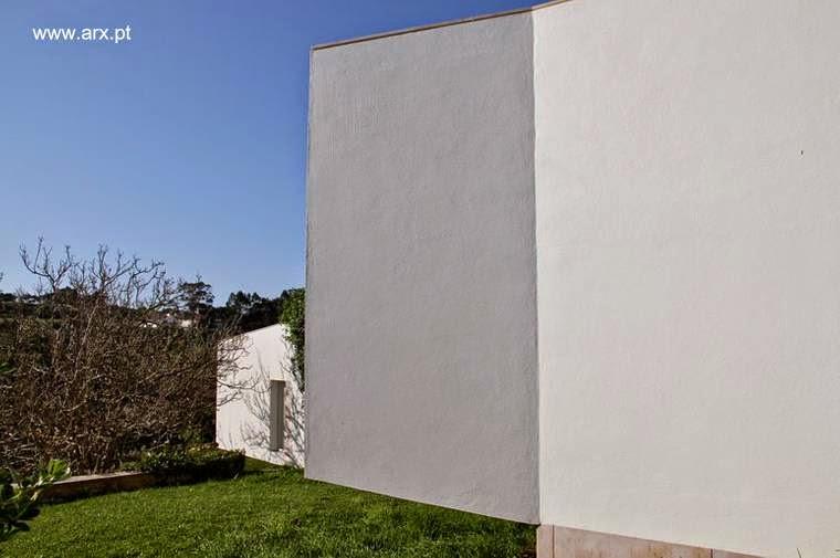 Detalle de arquitectura desde el exterior de la casa en el jardín