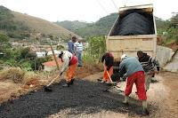 na Estrada de Pessegueiros, a Secretaria Municipal de Obras e Serviços Públicos faz o asfaltamento de um trecho de aproximadamente um quilômetro