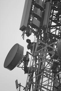 Bekerja pada ketinggian tower telekomunikasi
