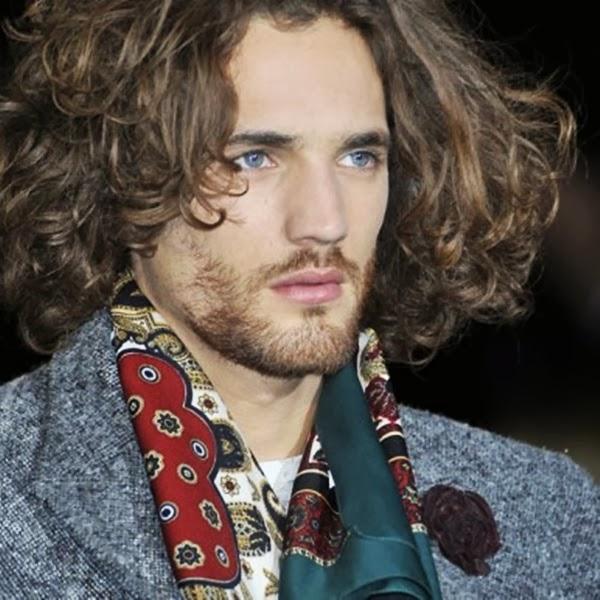 Peinados para hombre con cabello largo ondulado