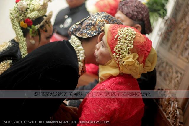 Pahargyan Panggih Winisuda Pengantin TIA ANGGRAINI dan RIFKY KURNIAWAN | Rias Pengantin oleh : DHITA Rias Pengantin Purwokerto | Foto oleh KLIKMG Fotografer Jakarta
