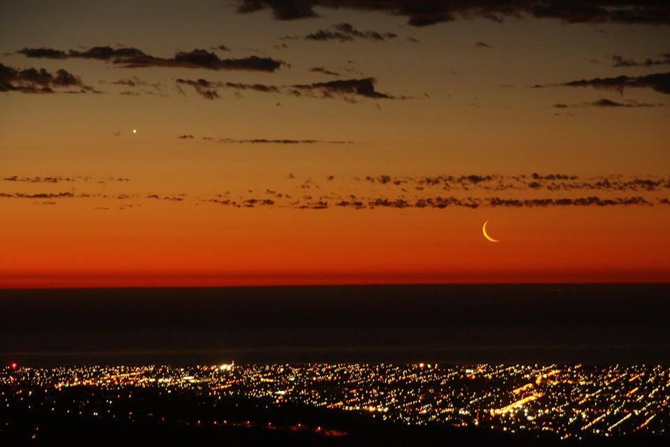 Còn đây không phải là hành tinh Kim hay hành tinh Thủy, mà nó là hành tinh Hỏa, hành tinh đỏ này tỏa sáng cùng trăng non với phần sáng chỉ 6% trên bầu trời Adelaide, miền nam nước Úc. Tác giả : Padriac Koen.