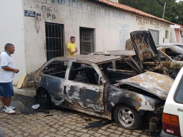 Dos 12 veículos parados no local, cinco pegaram fogo (Foto: Divulgação/Polícia Militar)