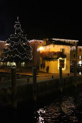 Beleuchteter Hafen in Nago-Torbole