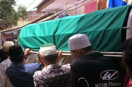 Jenazah tersangka Azwar tiba di rumah duka (foto Rina Atriana/detikcom )