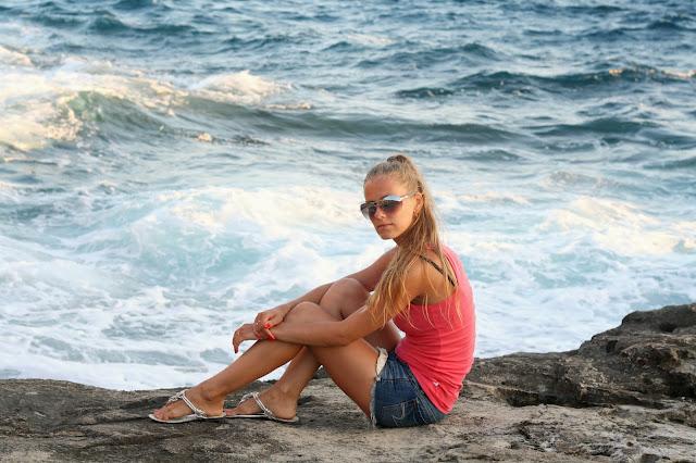 Море и блондинка