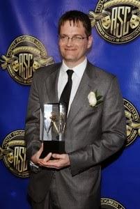 Jonathan Freeman recibiendo su premio por su trabajo en el episodio 3x01 de Juego de Tronos - Juego de Tronos en los siete reinos