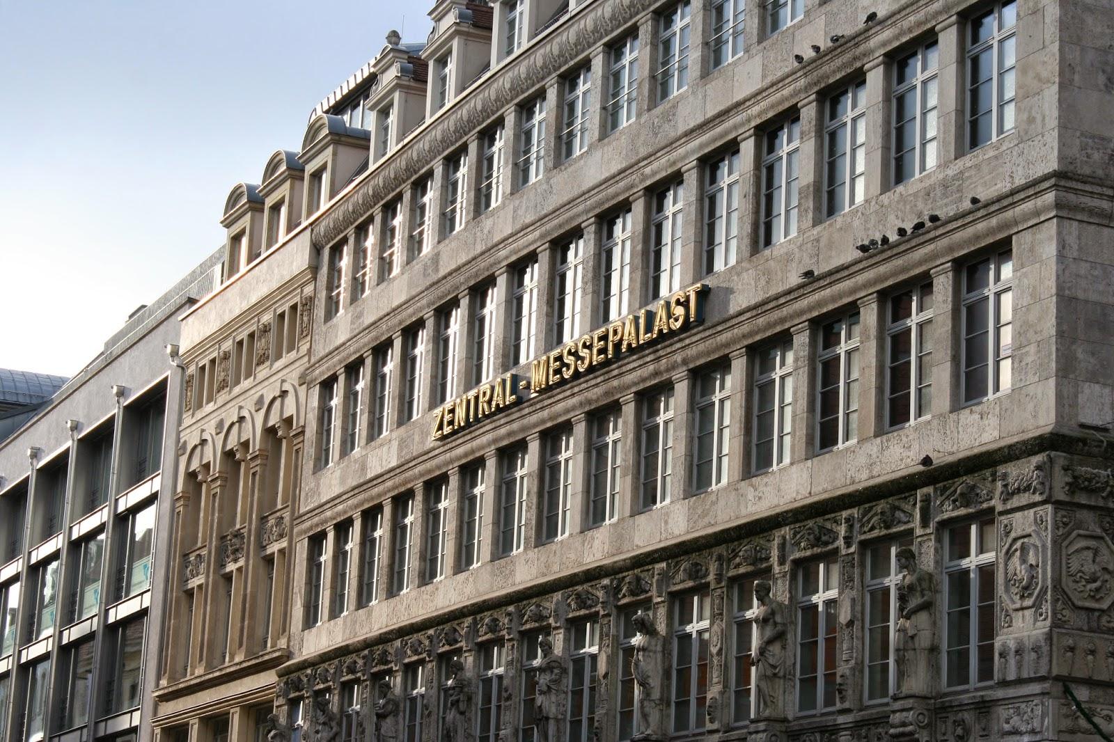 """Der Zentralmessepalast wurde vom bekannten Architekten Emil Franz Hänsel projektiert, welcher unter anderem auch das """"Kaufhaus Brühl"""" entwarf - gut zu sehen die Aufschrift """"Zentral-Messepalast"""" - nach Kriegsbeschädigung wurde das Gebäude 1949 wiedereröffnet - bis auf die Fassade wurde der Zentralmessepalast zwischen 1996 und 1999 komplett ersetzt"""