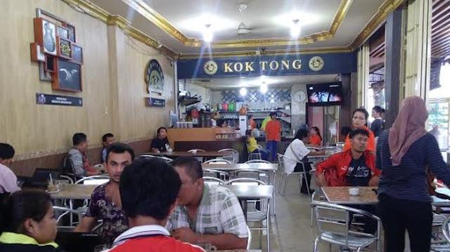 Keramaian pengunjung di Kedai Kopi Kong Tong di Pematang Siantar, Sumatera Utara