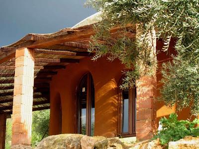 Полукруглые окна в соломенном доме.