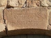 La clau de volta gravada al portal de l'edifici sud de Cal Mercader
