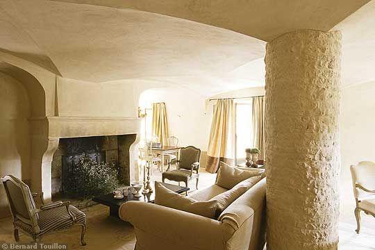 living room - image by Bernard Touillon via cotemaison fr,  Août-Septembre 2005, Maison Famille, La Nouvel Le Vie d Un Mas En Provence as seen on linenandlavender.net - http://www.linenandlavender.net/2014/01/backtoprovence.html