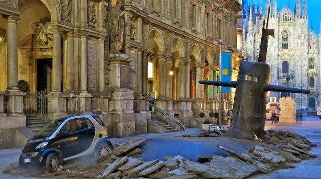 Submarino emerge desde abajo calle Milán - Italia