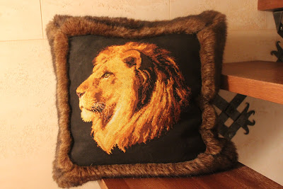 вышитая подушка Лев