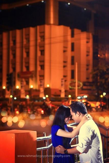 foto prewedding konsep malam hari kota banjarmasin