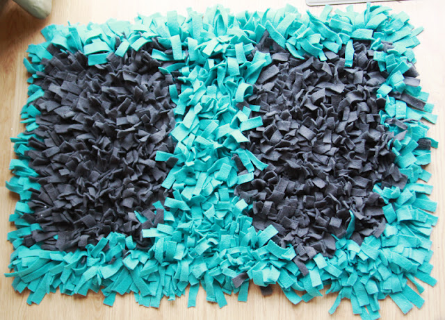 fleece scraps rug | DIY Fleece Fabric Craft Ideas Perfect For Cold Months | fleece fabric craft | fleece crafts