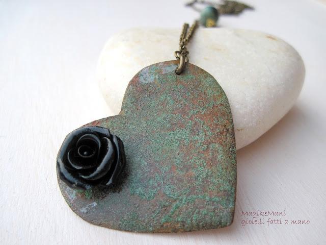 collana lunga in rame  con ciondolo a cuore patina verde e rosa nera