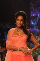 Lisa Haydon showstopper for Nirav Modi at IIJW2013