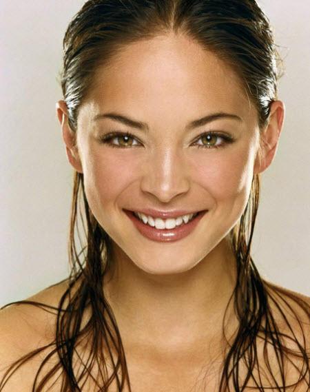La actriz, Kristin Kreuk, nació en Vancouver, Columbia Británica. Su padre es de descendencia holandesa; su madre,  es de descendencia China, pero nació en Indonesia; su abuela maternal, de descendencia china, nació en Jamaica.