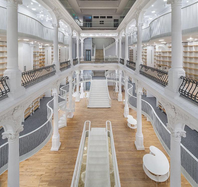 Una librería que abrió sus puertas en Rumania parece haber salido de un cuento de hadas