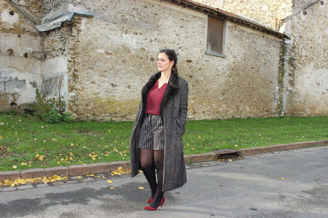 short sinequanone, manteau long, escarpins bordeaux
