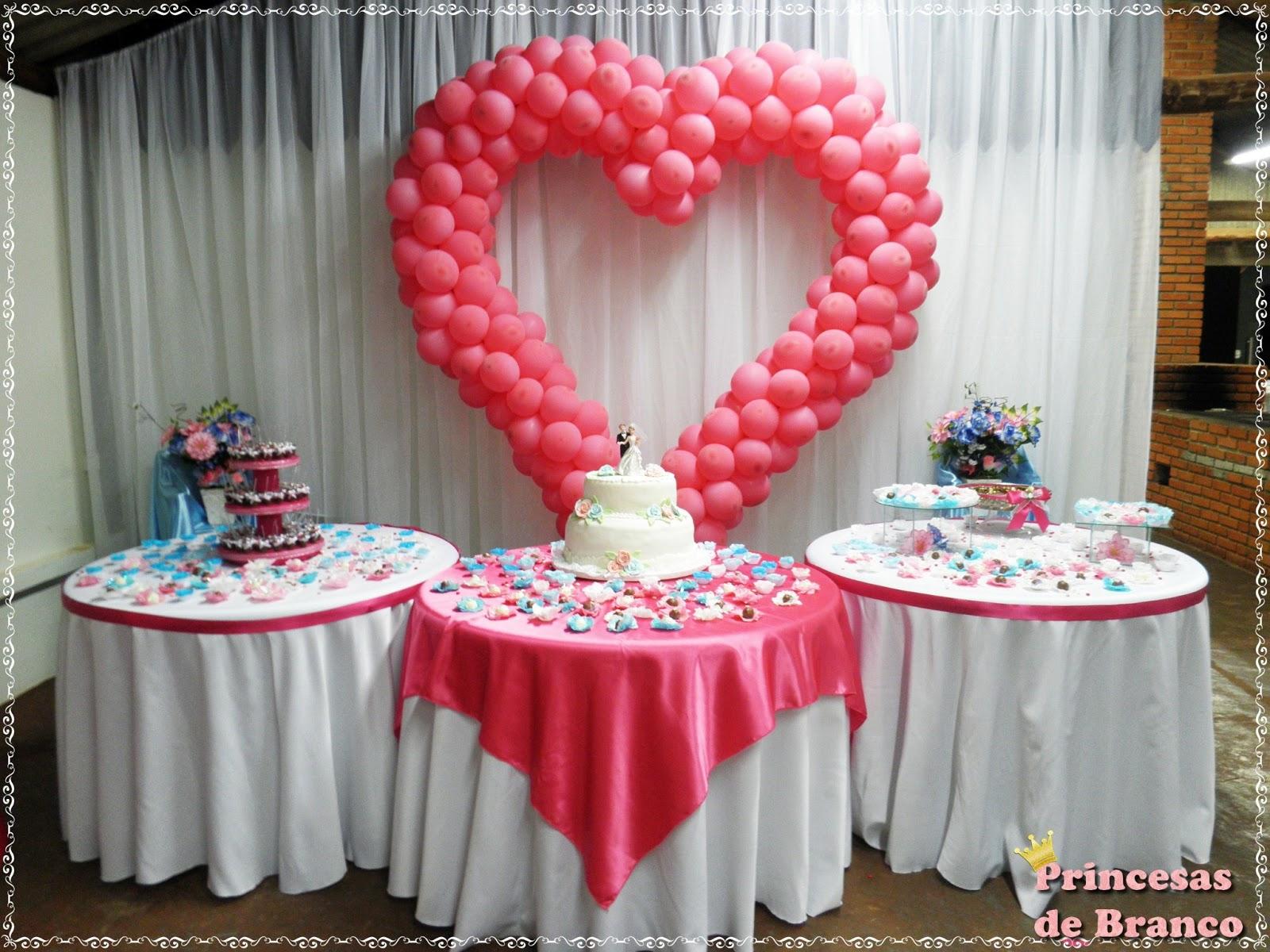 Princesas de branco decorando a mesa do bolo - Cortinas improvisadas ...