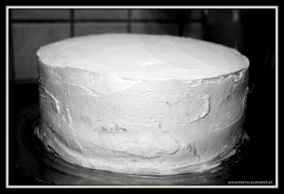 torta ricoperta di panna