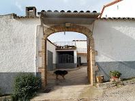 Portal d'entrada al pati de Can Xixella, a la paret nord del mas
