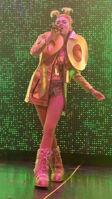 Miley Cyrus impresiona con sus extravagantes disfraces para el Milky Milky Milk Tour (FOTOS)