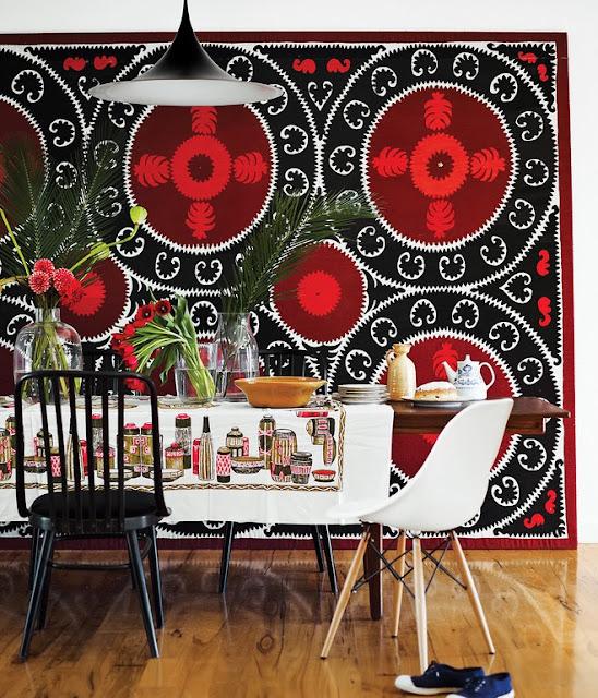Prefab-Haus mit Designklassiker-Möbel und Leuchten: Eames Chair und Semi Light Pendelleuchte