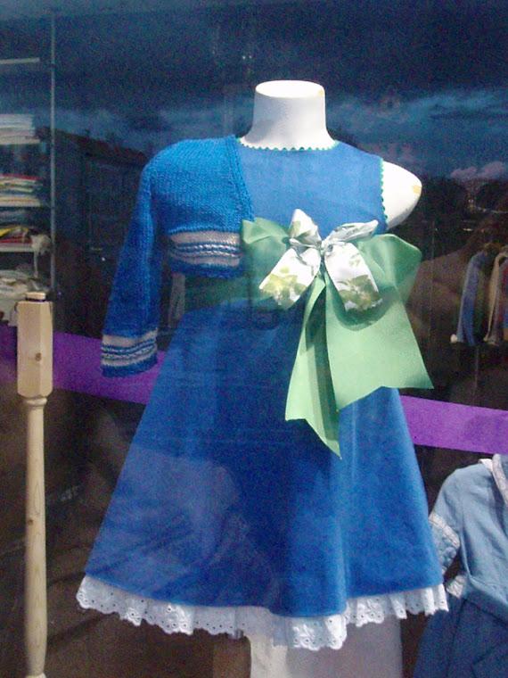 chaqueta azul y camel para este precioso vestido