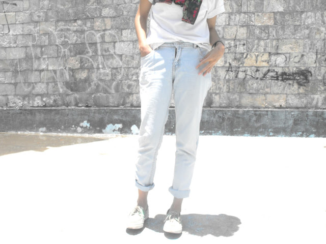 white t shirt boyfriend jeans sperry shoes how to wear silk scarf