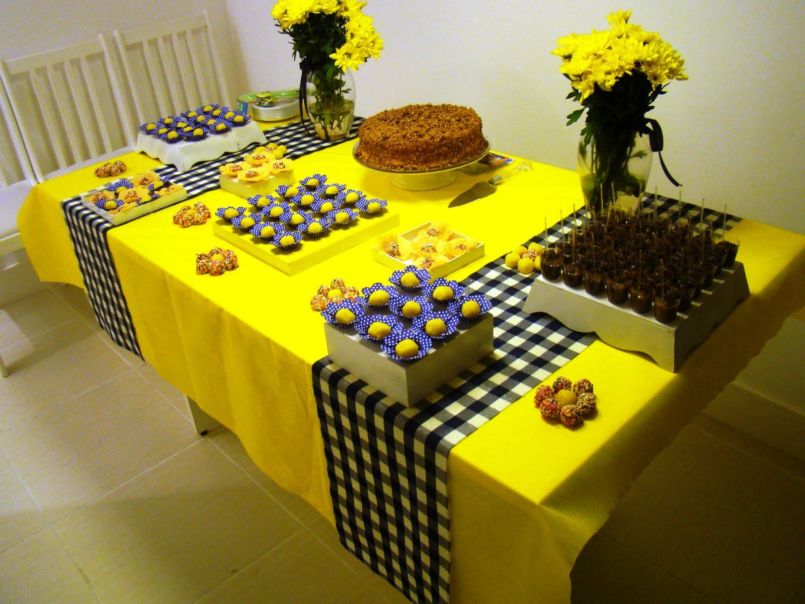decoracao festa infantil azul e amarelo : decoracao festa infantil azul e amarelo:TNT amarelo para a toalha da mesa e 1 faixas de tecido de xadrez azul