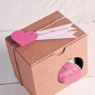 Boîte pour tasses avec étiquettes