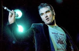 morrissey con microfono en la mano