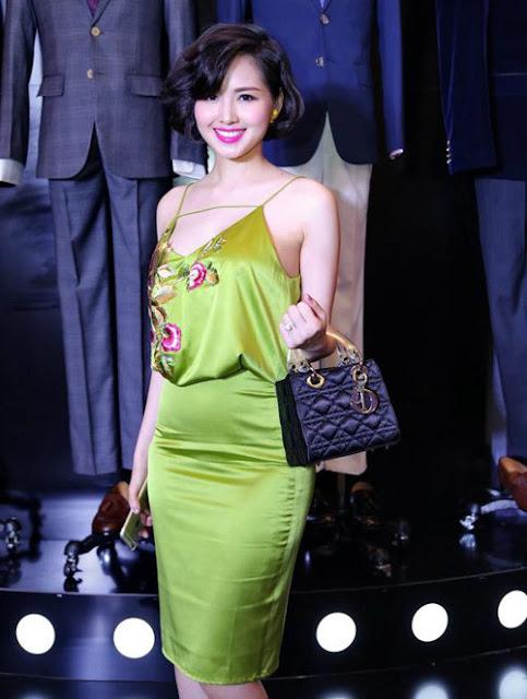 Tâm Tít thu hút ánh nhìn khi dự sự kiện sau sinh. Bộ váy lụa ôm phần dưới, có thiết kế trễ cổ giúp bà mẹ một con khoe vóc dáng.