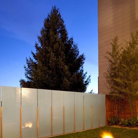 Paneles de vidrio en el cerco perimetral de la casa