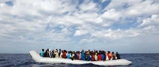 πρόσφυγες αποβιβάζονται με πλοιάρια κάθε μέρα στην Ελλάδα