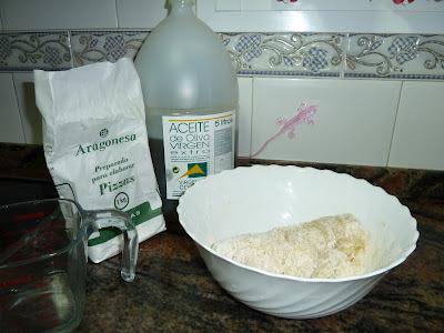 pizza casera, ingredientes básicos: harina con levadura, aceite oliva, sal y agua