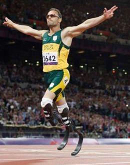 Atleta Oscar Pistorius é preso suspeito de matar a namorada após confundí-la com ladrão