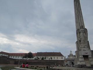 Vedere din spate, cu monumentul lui Horea Closca si Crisan si in planul indepartat, poarta