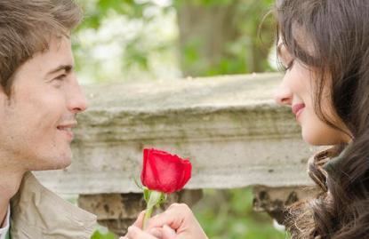 romantic-guy-man-couple-with-rose - لماذا يجب أن تكون رومانسيا