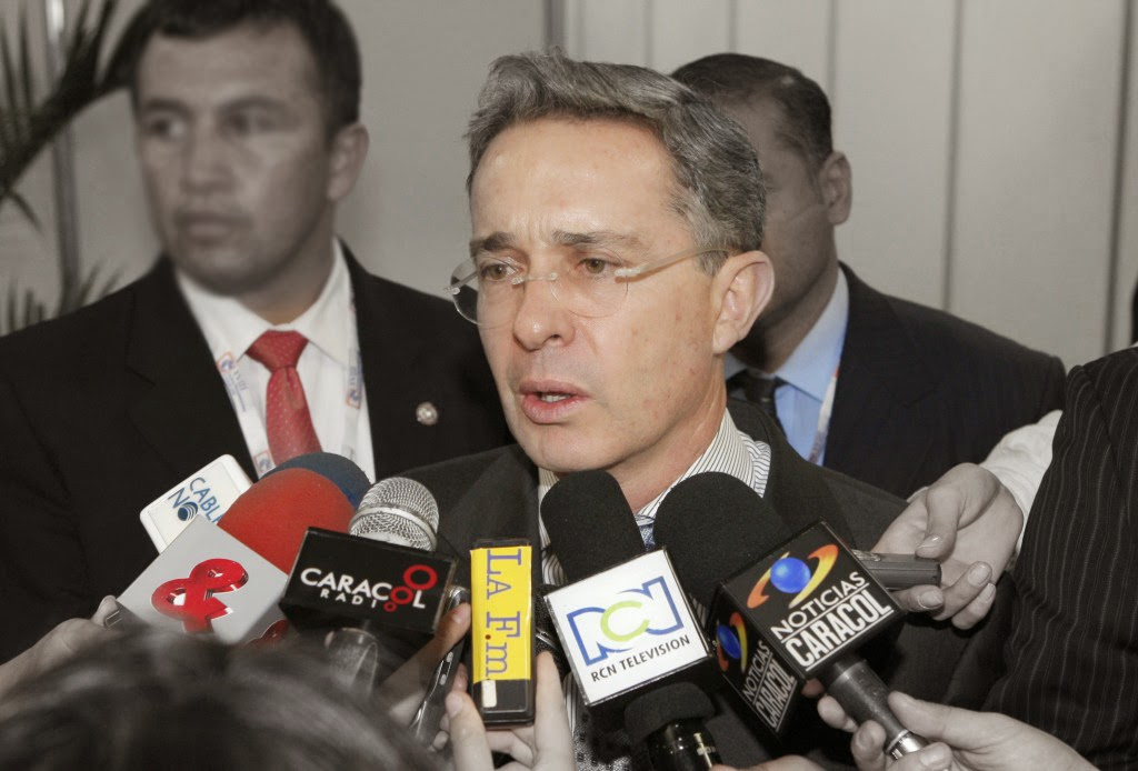 Álvaro Uribe medios de comunicación