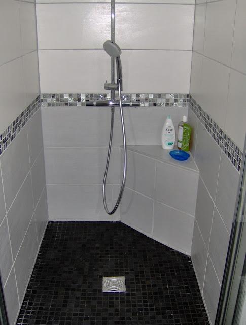 Concept carrelage cr ation salle de bain avec une for Frise carrelage