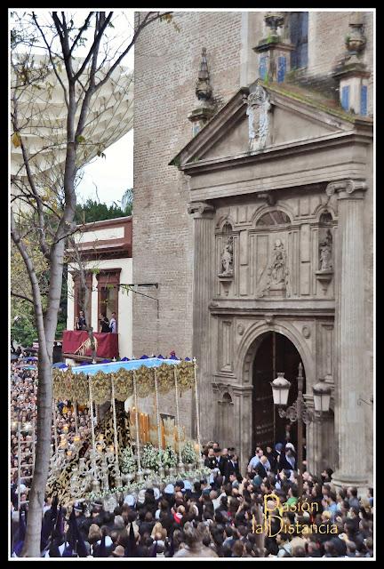 Palio de la Virgen de Las Angustias entrando en La Anunciación Semana Santa Madrugá 2013