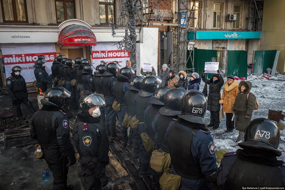 """02. Утром прошла какая-то дурацкая акция """"матерей Майдана"""". Я не знаю, кто и зачем ее организовал, но смотрелась она фальшиво и плохо."""