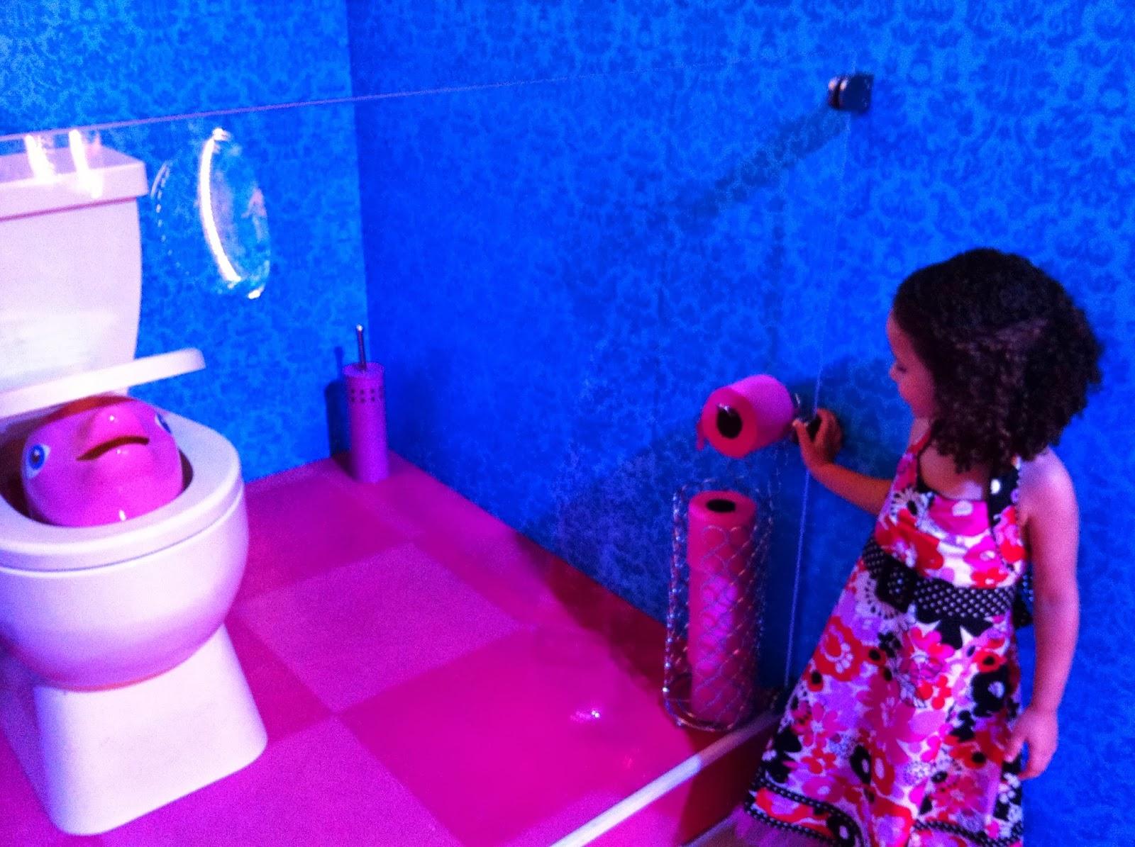 26 de junho de 2013 #0233C9 1600x1195 Banheiro Da Barbie De Papelão