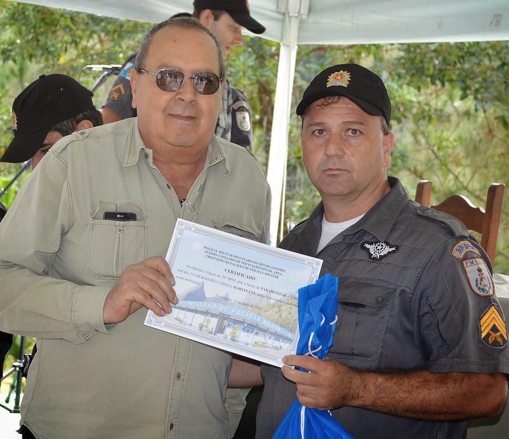 O 3º sargento Martelete recebeu o certificado das mãos do presidente do Conselho Comunitário de Segurança Pública, Nadim Kantara